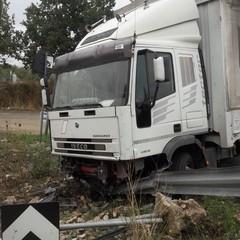 Mezzo pesante esce di strada sulla Ruvo-Altamura