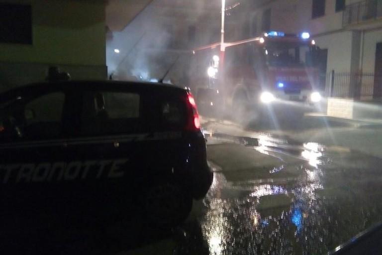 Il Fiat Doblò incendiato in via Giordano