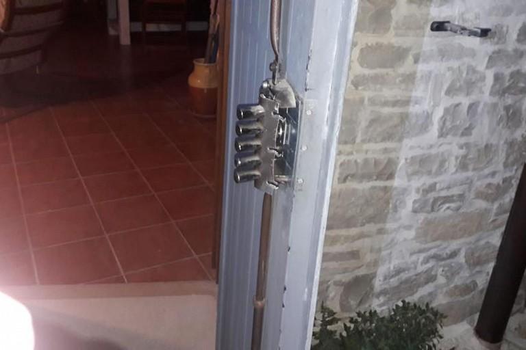 La porta d'ingresso forzata dai ladri