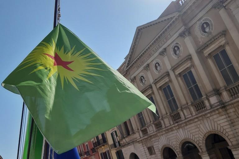 La bandiera curda svetta sul palazzo di Città di Barletta