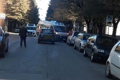 Tre ruote si ribalta all'incrocio di via Cairoli