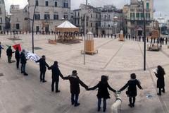 """Un abbraccio grande quanto una piazza: a Ruvo di Puglia si grida """"Restiamo umani!"""""""