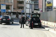 Controlli e perquisizioni dei carabinieri dopo l'attentato a Ruvo di Puglia