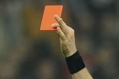 Arbitro aggredito da calciatore, gara sospesa