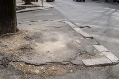Buche, asfalto sconnesso e la condizione debole dei pedoni
