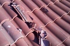 Una pioggia di sassi sul tetto, ingenti danni e tanta paura