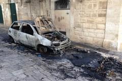 Auto in fiamme nel centro antico