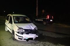 Auto si schianta contro un palo dell'Enel