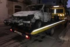 Paura in via Corato, Fiat Panda prende fuoco