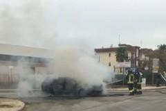 Auto in fiamme nella zona industriale