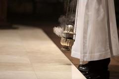 «Si ritorni a celebrare i funerali». All'appello dei vescovi risponde il Ministro