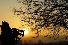 All'alba del Primo Maggio una tromba intona l'inno dei lavoratori