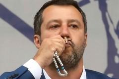 Salvini ostenta il Rosario, il CDAL: «Inaccettabile strumentalizzazione della nostra fede»