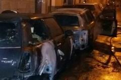 Fiamme e paura: incendiate due auto in via Albamonte
