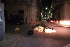 Passaggio bloccato dai secchetti della spazzatura in via Amendola
