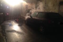 Auto in fiamme in via Bonanno
