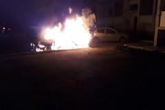 Due auto a fuoco in via Pirandello