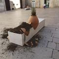 Danneggia panchina in Piazza Menotti e si scusa. Chieco: «Dimostrato senso civico»