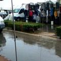 Piove e il mercato si allaga. La protesta delle associazioni di categoria