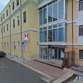 Muore davanti all'ospedale senza defibrillatore