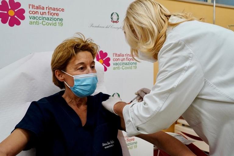Il vaccino contro il Covid somministrato alla dottoressa Dalfino