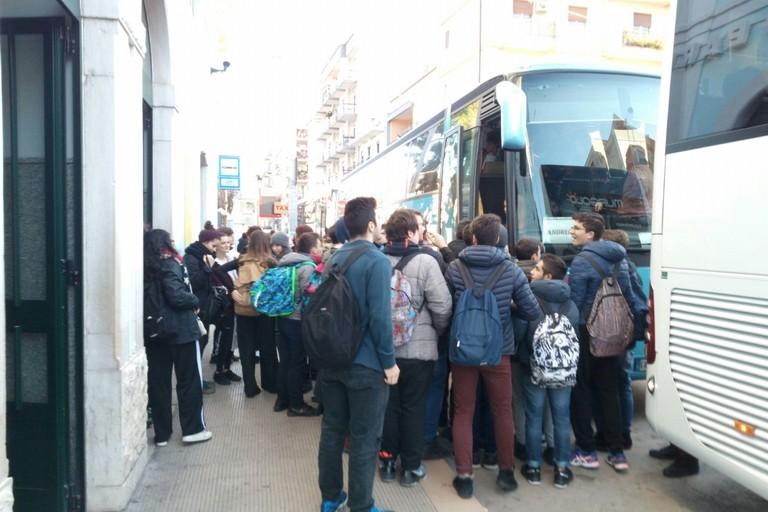 Affollamento in attesa degli autobus - immagine di repertorio