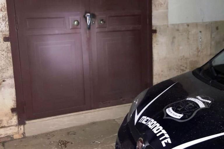 La porta danneggiata dalla fiamma ossidrica