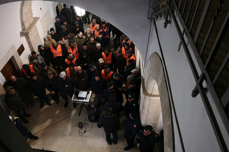 Gilet Arancioni a Palazzo di Città