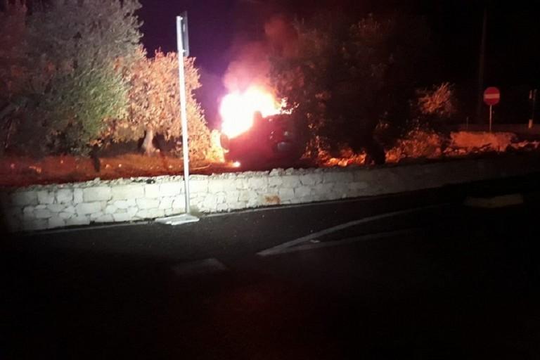 Auto ribaltata e a fuoco sulla provinciale 85