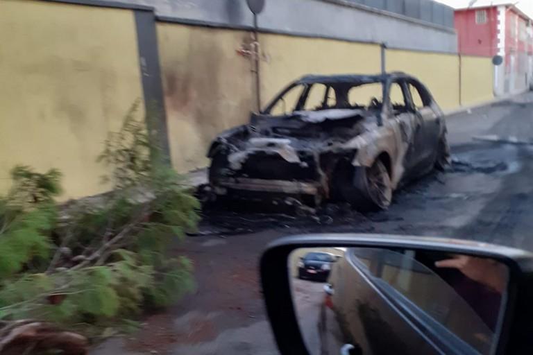 L'Audi Q5 incendiata nel complesso Scardigno