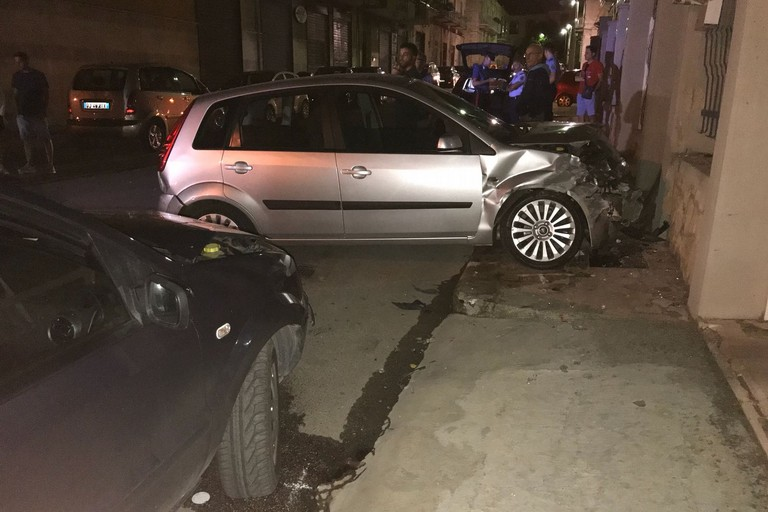 Rocambolesco incidente stradale in via Valle Noè