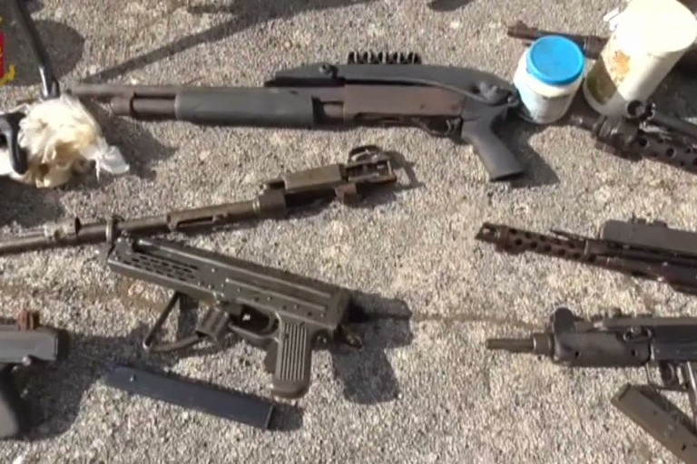 Le armi sequestrate dalla Polizia di Stato ad Andria