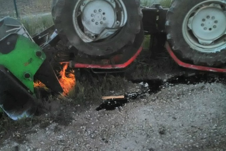 Incidente all'alba sulla Ruvo - Corato, trattore si ribalta